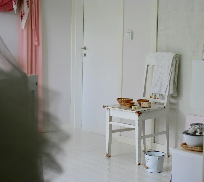 lastenhuoneen sisustusta, valkoinen lattia