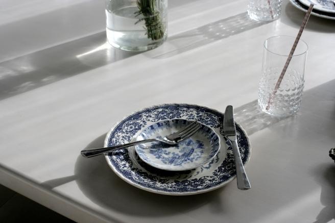 vanhat lautaset, sinivalkoinen posliini