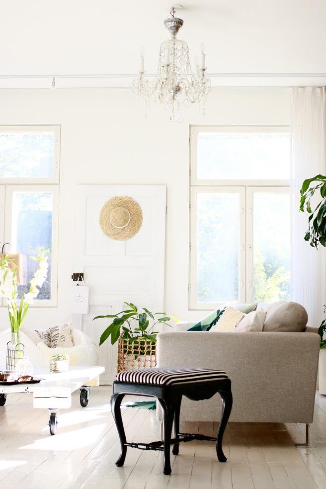 sisustuskuva olohuoneesta, valkoinen maalattu lattia