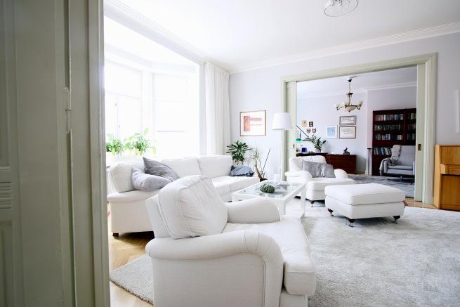 olohuone, valkoinen sohva ja nojatuolit
