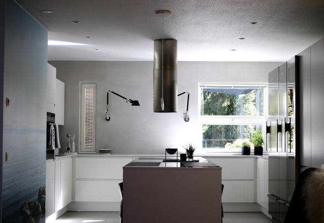 Design keittiö, Moderni valkoinen keittiö, harmaa seinä
