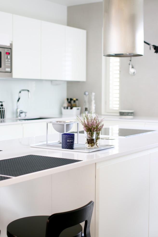 Valkoinen moderni keittiö, artek baarijakkara