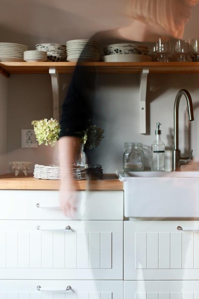 vaalea keittiö, puutasoilla
