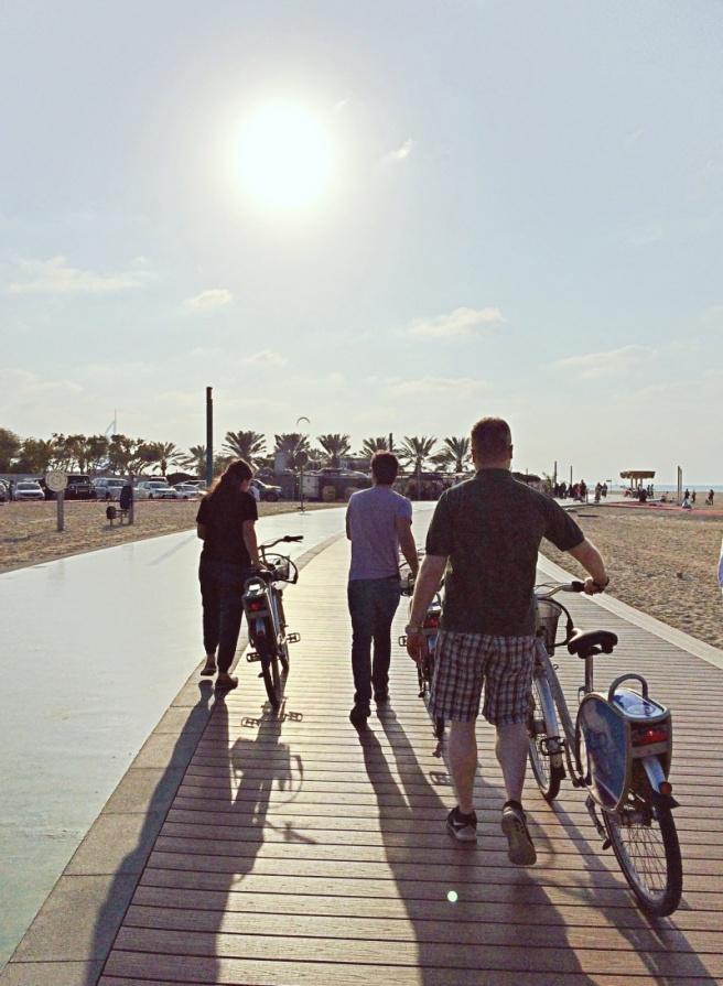 pyöräilyä rannalla, jumeirah beach