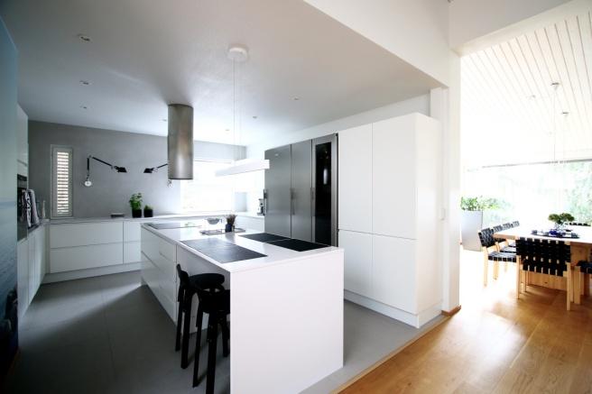 upea valkoinen keittiö, artemide tolomeo