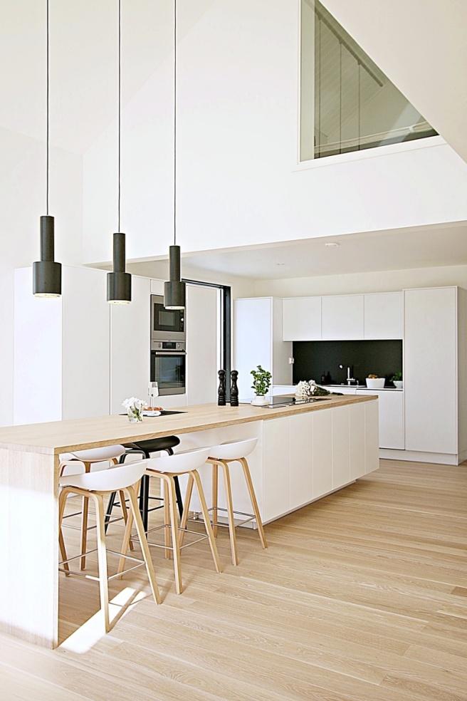 valkoinen keittiö, mustilla yksityiskohdilla