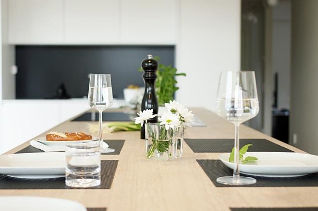 Upea mustavalkoinen keittiö