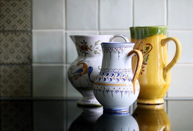 vanhoja kannuja, keittiön piensisustus
