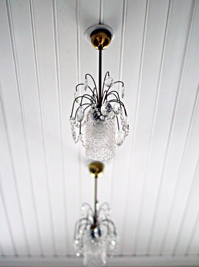 vanhat kristallikruunut keittiössä