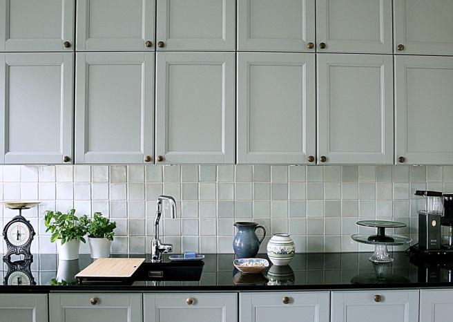 kauniit keittiön kaapistot, vaalean harmaat