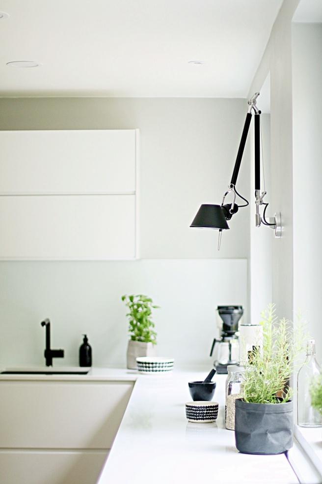 valkoinen ohut kvartsitaso keittiössä